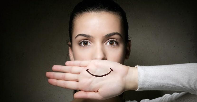 Cómo fingir una sonrisa usando tu cara
