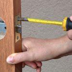 Cómo cambiar la cerradura de una puerta