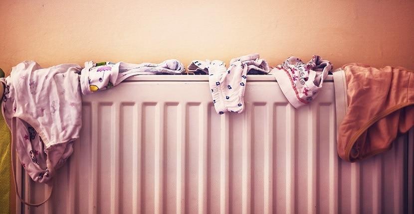 Tender ropa en los radiadores